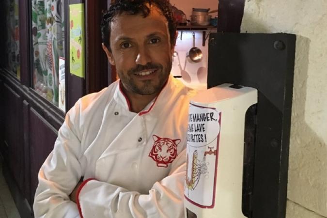 Fort Boyard 2016 - Willy Rovelli pose devant son restaurant (30/05/2016)