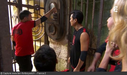 Fort Boyard 2017 : L'équipe entre dans le fort en baissant la manette puis en poussant la grille et le gong résonne