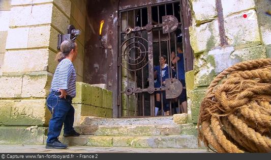 Fort Boyard 2018 : L'équipe entre dans le fort en baissant la manette puis en poussant la grille et le gong résonne