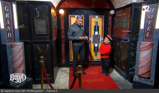 Fort Boyard 2019 : Lors d'une scénette, Passe-Muraille remet le premier parchemin à Olivier Minne
