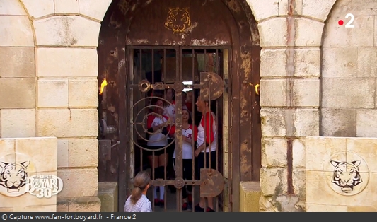 Fort Boyard 2019 : L'équipe entre dans le fort en baissant la manette puis en poussant la grille et le gong résonne