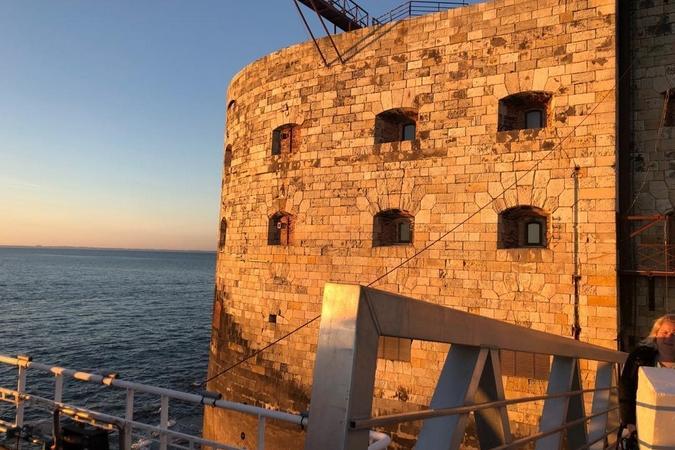Fort Boyard 2019 - Reflet du coucher de soleil sur la façade du fort (après les tournages)