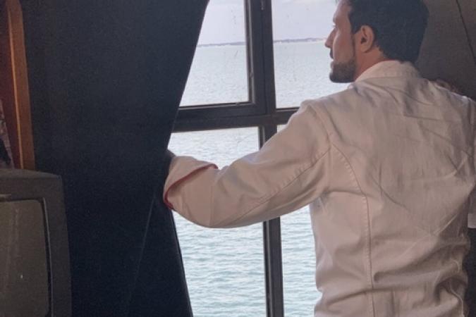 Fort Boyard 2019 - Chef Willy guette l'océan depuis la vigie (après les tournages)