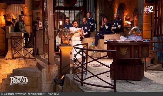 Fort Boyard 2020 : Olivier Minne et le Chef Willy terminent l'after de nuit, depuis le proscenium avec les candidats
