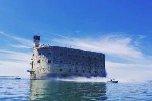 Fort Boyard 2020 - Nettoyage du fort en cours, crééant une fumée de poussière (22/05/2020)
