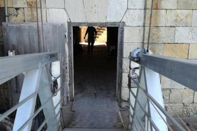 Fort Boyard 2020 - La porte d'entrée du fort, par laquelle tous le matériel et les personnes passent (25/05/2020)