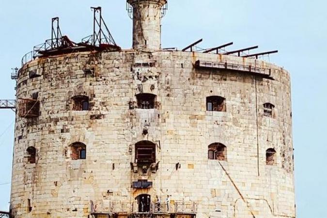Fort Boyard 2020 - La façade sud, avec les installations des aventures (10/06/2020)
