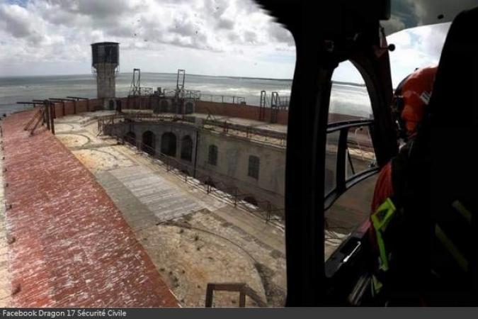Fort Boyard 2020 - L'hélicoptère de la Sécurité Civile sur le fort (21/08/2020)