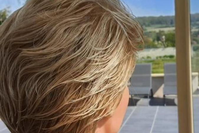 Fort Boyard 2021 - Les maquilleuses préparent la perruque de Cyril Gossbo (28/04/2021)