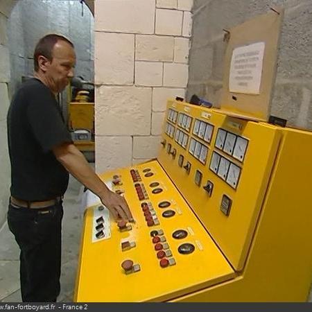 Coulisses des tournages de Fort Boyard - Locaux électriques et lumières en cellule 002 (2004)