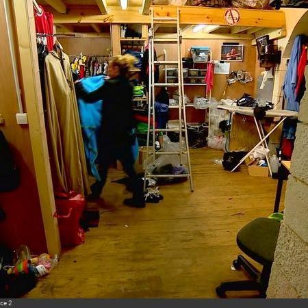 Coulisses des tournages de Fort Boyard - Habillage des personnages en cellule 021 (2018)