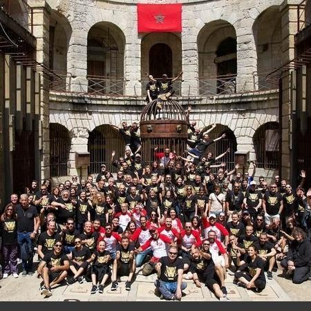 Coulisses des tournages de Fort Boyard - Echanges de maillots entre la production France (noir) et la production Maroc (rouge/blanc) (Maroc 2019)
