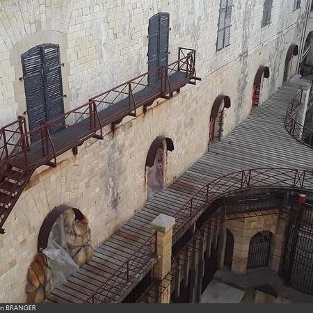 Coulisses des tournages de Fort Boyard - Les portes des cellules sont bâchées et les clepsydres retirées (2019)