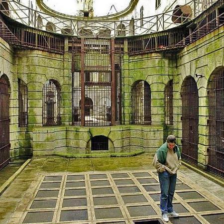 Coulisses des tournages de Fort Boyard - La Salle du Trésor avant le nettoyage (2001)