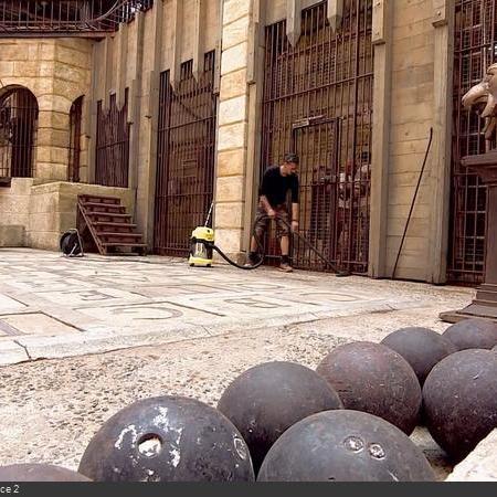 Coulisses des tournages de Fort Boyard - La Salle du Trésor a droit un coup d'aspirateur ! (2018)