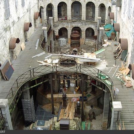 Coulisses des tournages de Fort Boyard - La cour intérieure devient un grand chantier (2003)