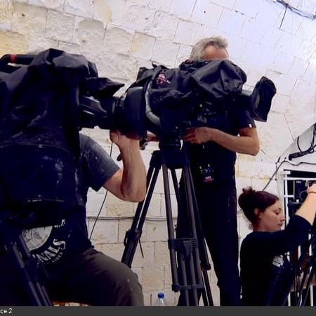 Coulisses des tournages de Fort Boyard - Le réalisateur dispose de plusieurs caméras classiques, comme ici dans la Salle du Jugement (2018)