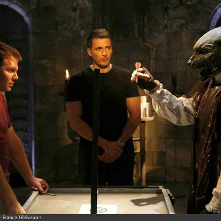 Coulisses des tournages de Fort Boyard - Test du nouveau duel du des Fléchettes au Conseil lors de la filée (2008)