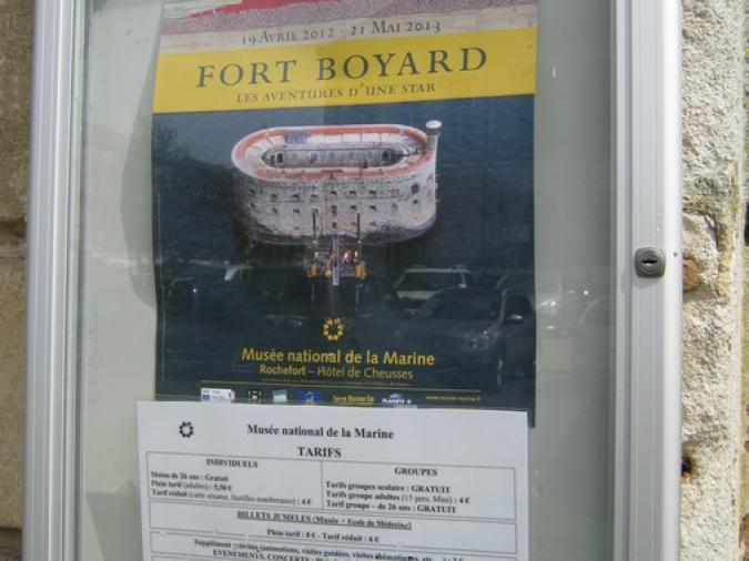 L'affiche de l'exposition à l'entrée du musée