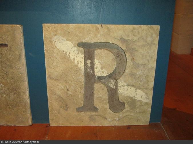Une dalle de l'alphabet géant de la Salle du Trésor