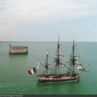 La frégate L'Hermione fait une escale à côté du Fort Boyard pour les 30 ans du jeu (02/07/2019)