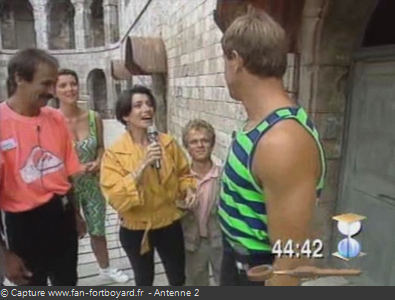 Les Clés de Fort Boyard 1990 : Marie TALON et les candidats devant une cellule
