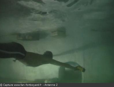 Les Clés de Fort Boyard 1990 : Le plongeur de l'équipe part en éclaireur ouvrir la grille intermédiaire