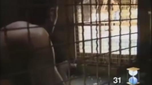 Les Clés de Fort Boyard 1990 : L'équipe patiente dans le tunnel, derrière la lucarne