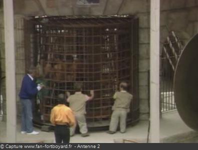 Les Clés de Fort Boyard 1990 : Côté extérieur, les personnages tournent la porte