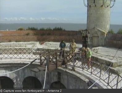 Les Clés de Fort Boyard 1990 : Le nouveau sautoir, sur la terrasse, pour le saut à l'élastique de la Clé en Or